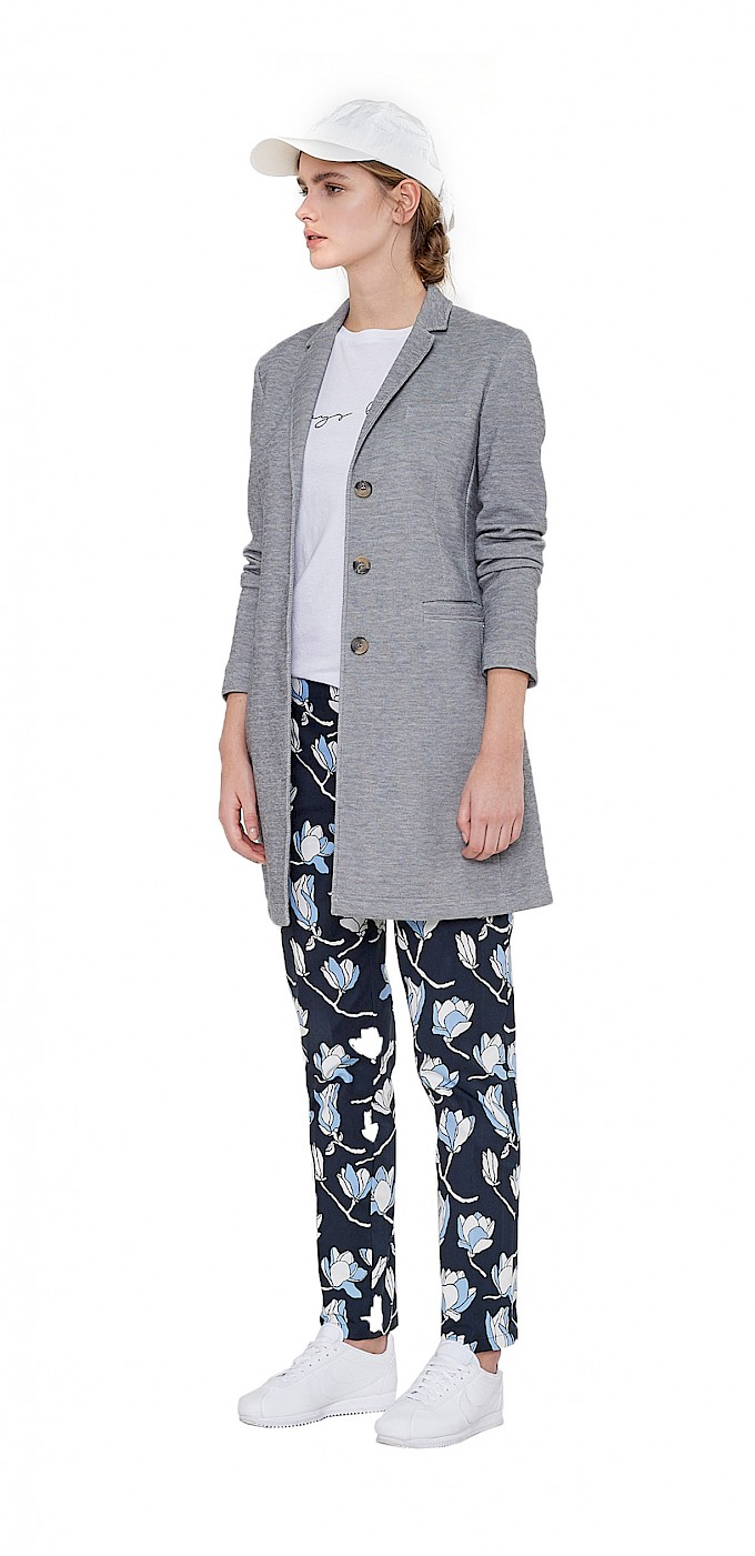 shop-by-look-damen-outfit-spring-business-weisse-cap-weisses-shirt-graue-jacke-blaue-stoffhose-opus-fashion.jpg
